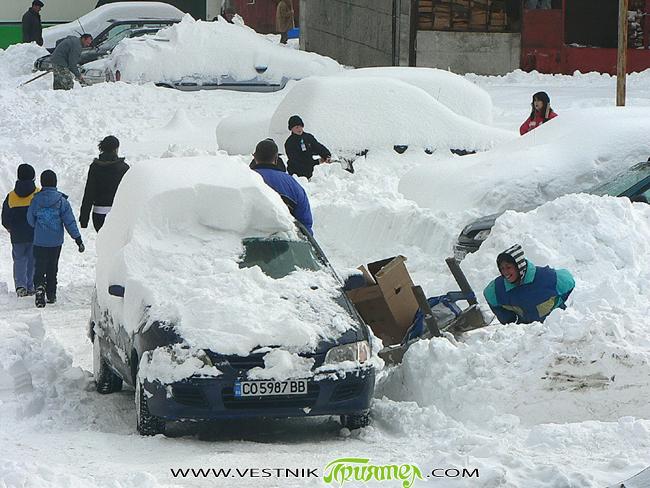 """– Паднали дървета прекъснаха тока – """"Бекастрой"""" изкара цялата налична техника – Паркирани автомобили по улиците затрудняват почистването – Призоваха гражданите да помогнат за тротоарите Дочакахме красива и снежна зима […]"""