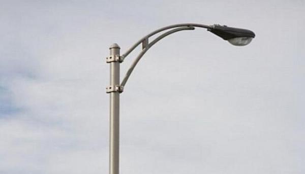 """Отдавна изгоря лампата от системата на уличното осветление на ул. """"Васил Левски"""" – на гърба на бившия военен стол, която осветяваше улицата и близките гаражи. Мина се доста време, но […]"""