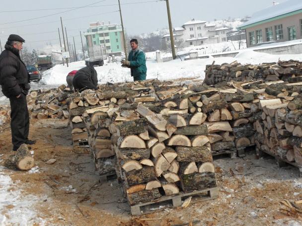 Кубик дърва за огрев вече излиза над 70 лв., а ако освен нарязани, дървата са и нацепени, може да струва и повече от 80 лв. До скоро пък подобно гориво […]