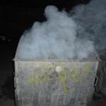 Не изхвърляйте гореща жар в контейнерите!
