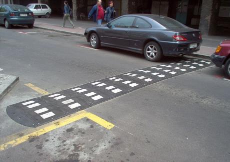 В нашия град на много места има асфалтови бабуни – т. нар. лежащи полицаи. Предназначението им е да убиват скоростта по важни улици, на места, където често преминават деца и […]