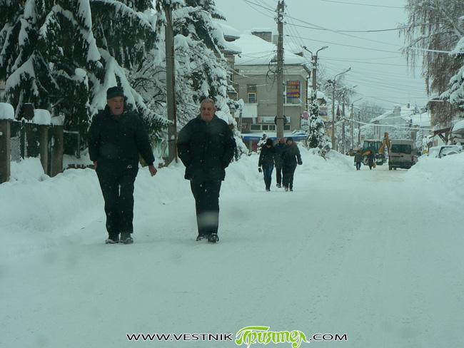 Снеговалежите, ниските температури и недостатъчното почистване превърнаха почти всички второстепенни улици в града ни в ледени коруби. По тях е възможно само еднопосочно движение и пътуването с кола е невероятно […]