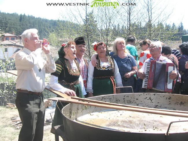 """С много настроение пътувахме към Копривщица. Ние – това сме женската фолклорна група """"Детелини"""" от Радуил, танцовият състав """"Рилска магия"""" от Говедарци и певците Велика Миткова, Радка Георгиева, Латинка Трохарова […]"""