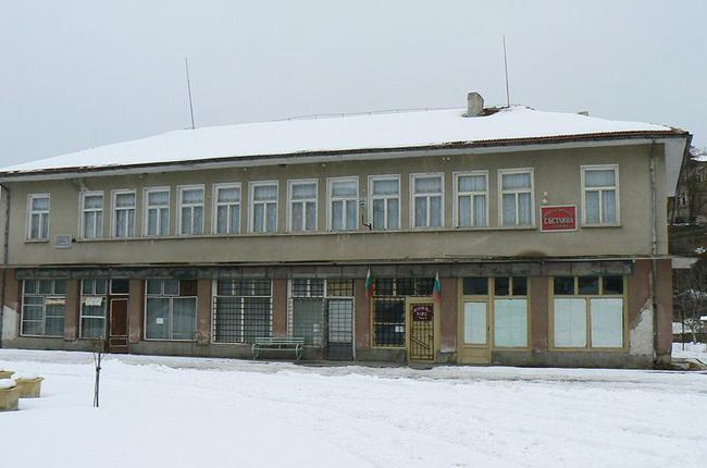 42-годишен жител на града ни е задържан от служители на РУП-Самоков за счупено от него витринно стъкло на входа на Държавното горско стопанство. Мъжът повредил и служебен автомобил. Заловен е […]