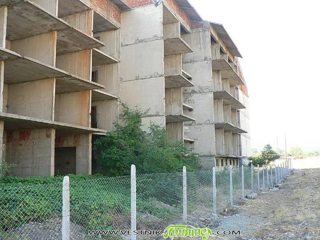 """Кметът Владимир Георгиев е взел мерки и сградата на бившето общежитие в кв. """"Самоково"""" вече е обезопасена. На място представител на """"Приятел"""" се увери, че около цялата сграда е построена […]"""