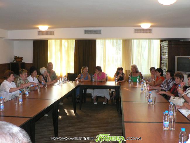 """Празнично облечени учители от Долна баня се събраха на 16 август в хотел """"Природа"""" в едноименния курорт по хубав повод – заключителна пресконференция за работата по проекта """"Прилагане на мерки […]"""