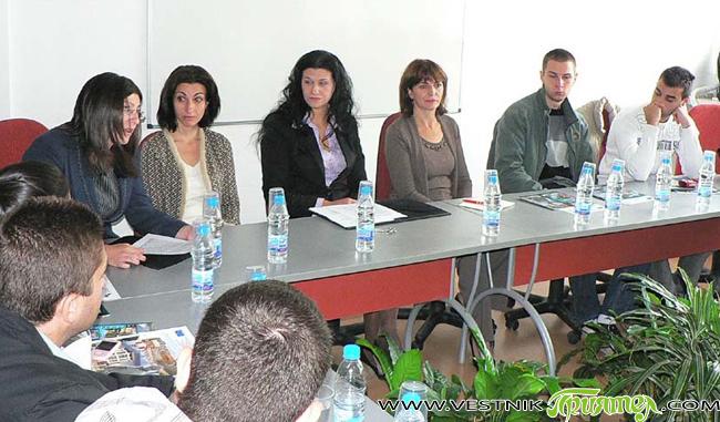 """Среща на млади хора от България и Сърбия по младежки проблеми се състоя на 10 октомври в конферентната зала в сградата на Общината. Проектът, подкрепен финансово от европейската програма """"Младежта […]"""