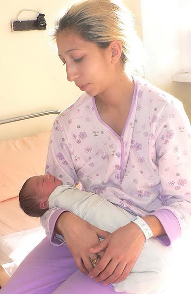 """Сутринта на самия 1 януари, в 7,15 ч., в Самоков проплака първото бебе за годината. То е момче, тежи 3,1 кг и е """"високо"""" 50 см. Новороденото е трето дете […]"""