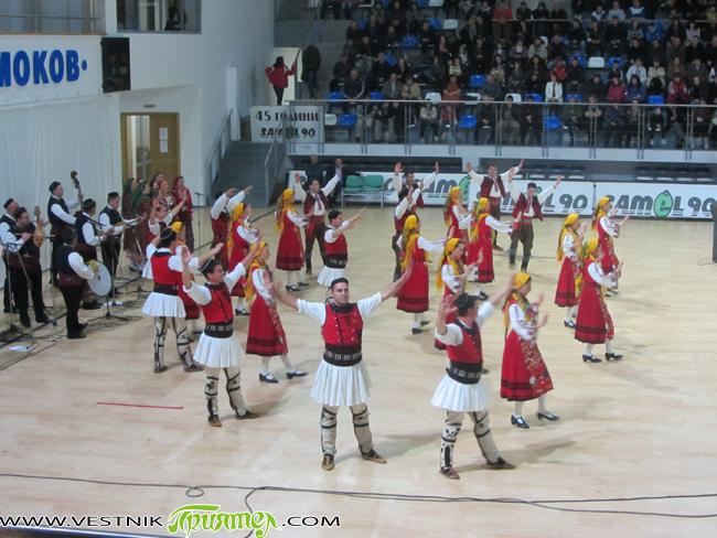 """Тазгодишното честване на националния празник в града ни ще се запомни с концерта на прочутия благоевградски ансамбъл за песни и танци """"Пирин"""". Вихри от мелодии, динамика, светлини и настроение заляха […]"""