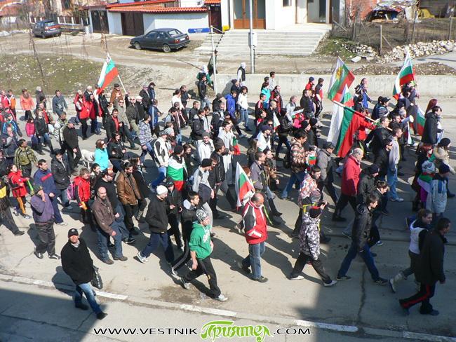 """Поредният протест на централния площад """"Захарий Зограф"""" срещу монополите, нищетата и за достоен живот, състоял се в неделя, съвпадна с националния празник 3 март. По този повод стотиците протестиращи участваха […]"""