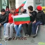 Протестиращи изгориха чучело, блокираха пътя за Дупница /снимки + видео/