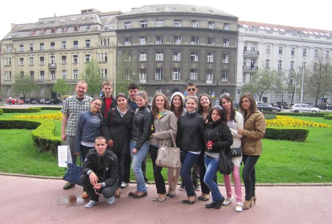 В изпълнение на съвместен проект с млади хора от Хърватия ученици от Професионалната гимназия по туризъм посетиха Загреб, а на 14 май в Самоков споделиха и впечатленията си от своя […]