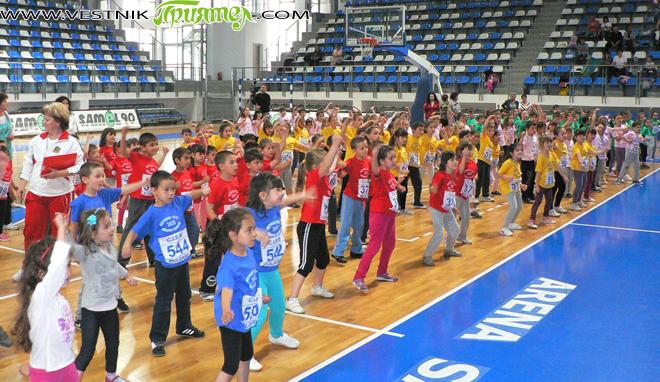 """Отбори от 6 детски градини от града ни участваха на 28 май в """"Арена Самоков"""" в турнир по аеробика. Проявата бе организирана по случай Международния ден на детето и по […]"""