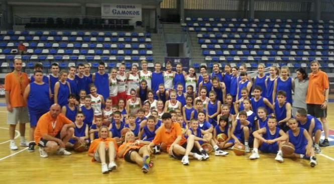 """Баскетбол Националният отбор на България за кадетки до 16 г. се включи в тренировката на децата от кампа Basket addiction в """"Арена Самоков"""", воден от наставничката в женското направление на […]"""