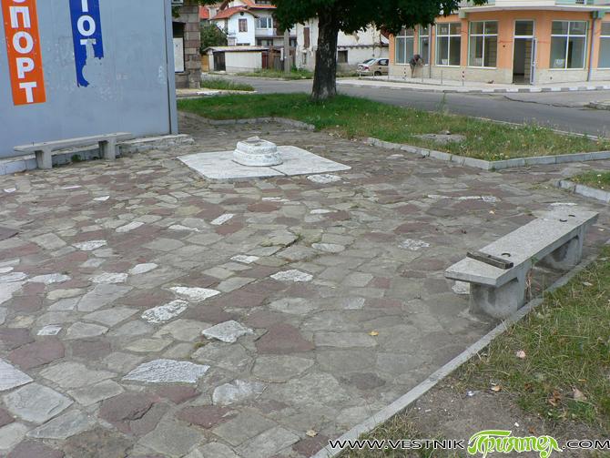 Наскоро се писа за площадчето при Чорбаджийската фурна, но нашата триъгълна градинка около тото-пункта над клуба на Четвърти квартал е в по-лошо състояние. Злосторници са унищожили пейките и са останали […]