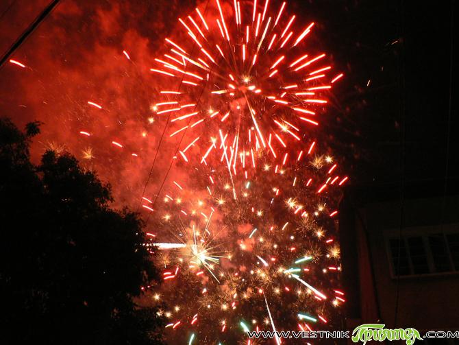 """По създала се вече традиция много хора посрещнаха Нова година на централния площад """"Захарий Зограф"""". Събралите се бяха сърдечно приветствани от кмета Владимир Георгиев. Вкусни кебапчета, пивко греяно вино и […]"""