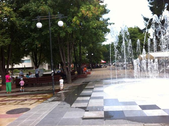 Общината отговаря на читатели Новият фонтан на Ларгото ще бъде ремонтиран, за да не разпръсква прекомерно вода наоколо, особено при вятър, казаха на 24 септември от Общината. Сега причина за […]
