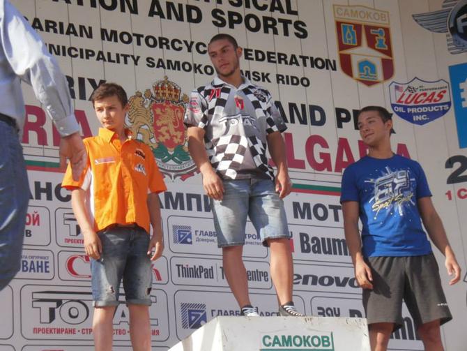 """Голяма радост донесе на хилядите си съграждани, изпълнили мотополигон """"Ридо"""" на 1 септември, самоковският талант Янко Ташев. 19-годишният състезател демонстрира блестяща форма със своята """"Ямаха"""", като отвя конкуренцията в клас […]"""