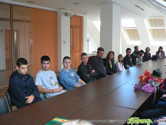 """При тържествена обстановка в конферентната зала на хотел """"Арена"""" на 10 октомври вечерта 10 възпитаника на самоковското училище """"Европа"""" получиха своите сертификати """"Кеймбридж"""". На церемонията главният методист на софийския регион […]"""
