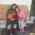 На 99 години баба Еленка Гилищарова сортира картофи и плете чорапи