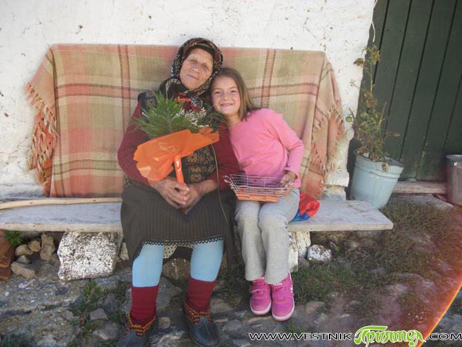 """""""Където ме е оставил мъжът ми, там искам да си ида"""", категорична е баба Еленка Гилищарова и след четири години, прекарани в София при дъщерята Златка, двете поемат отново към […]"""