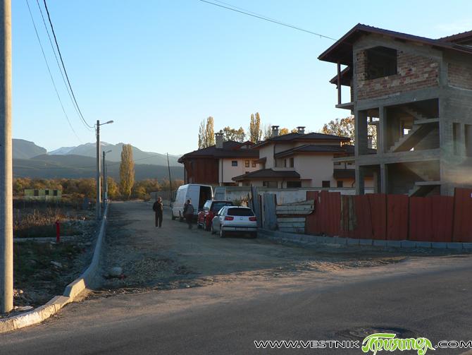 """Улица """"Петър Попангелов – старши"""" в новия ВИП квартал над Спортното училище се оформя. Поставят се бордюрите, а по-късно улицата ще бъде и асфалтирана. За благоустрояване на квартала през тази […]"""