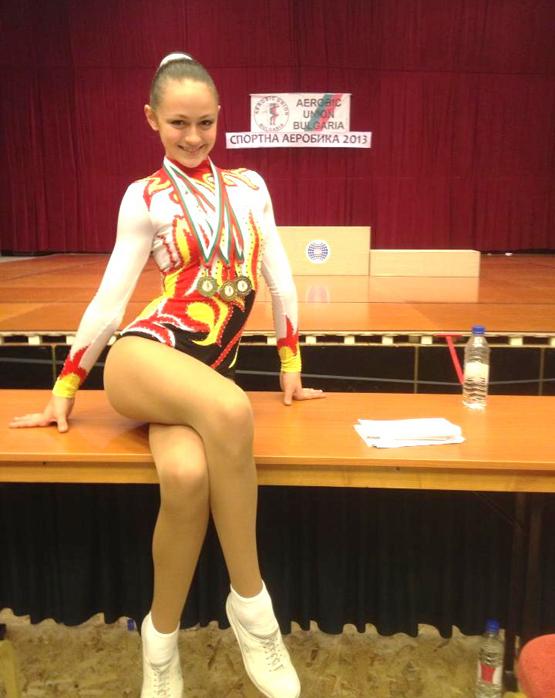 """Представителката на СК """"Самоков"""" Синтия-Мари Ангелова спечели златен медал в ИЖ 12-14 г. на 16-ия национален турнир по спортна аеробика за деца, юноши, девойки, мъже и жени в Боровец, състоял […]"""