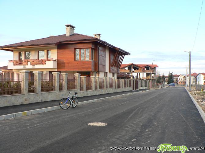 """Асфалтирани бяха през последните дни двете основни улици в новия квартал в района над Спортното училище – """"Петър Попангелов-старши"""" и """"Кострома"""". В района има вече и осветление, прокарани са водопровод […]"""