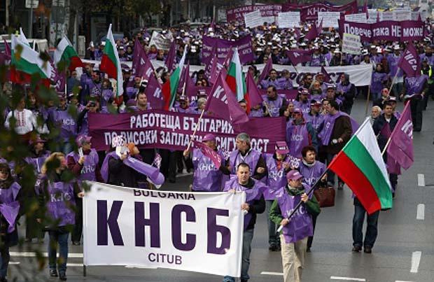 """Национално протестно шествие и митинги организира КНСБ в четвъртък, на 11 декември, в София. Мотото е: """"НЕ на пенсионна реформа, орязваща права на българските граждани, и бюджет, предлагащ единствено доживотен […]"""