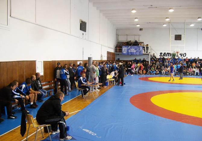 """Спортната зала в СУ """"Никола Велчев"""" ще може да се ползва по цени, определени от Общинския съвет: почасово – по 15 лв./ч.; за прояви на спортни федерации, държавни организации и […]"""