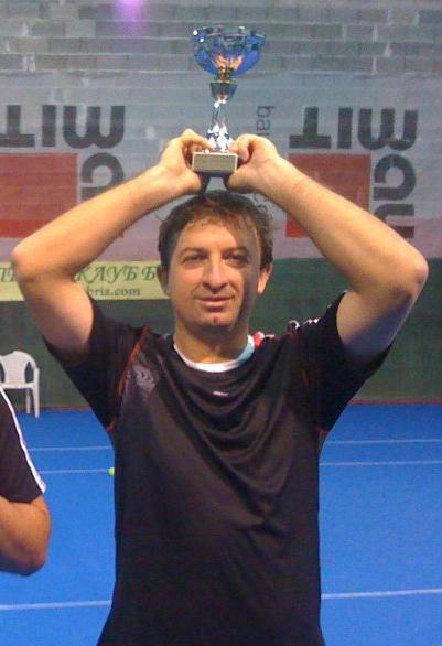 Самоковският тенисист Петър Лазев спечели втора титла през сезона, след като вдигна купата на открития турнир в Бургас. Само преди месец 34-годишният левичар триумфира и в надпреварата за купа NowWeMove […]