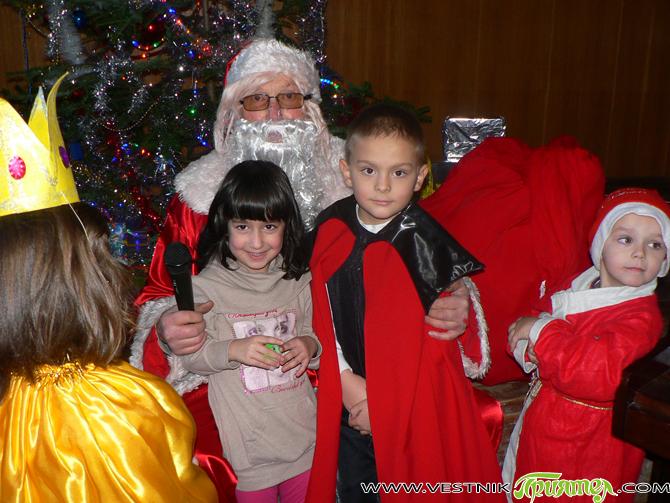 """Карнавал в навечерието на Коледа предизвика много радостни емоции у участниците в детските школи по изкуствата към читалище-паметник """"Отец Паисий""""."""