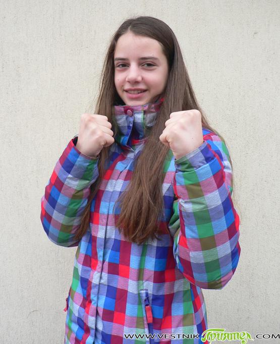 """Мария Чепилова е родена на 28 февруари 2001 г. В момента е шестокласничка в ОУ """"Христо Максимов"""". Класен ръководител й е Антоанета Антонова. Вече няколко години Мария е част от […]"""