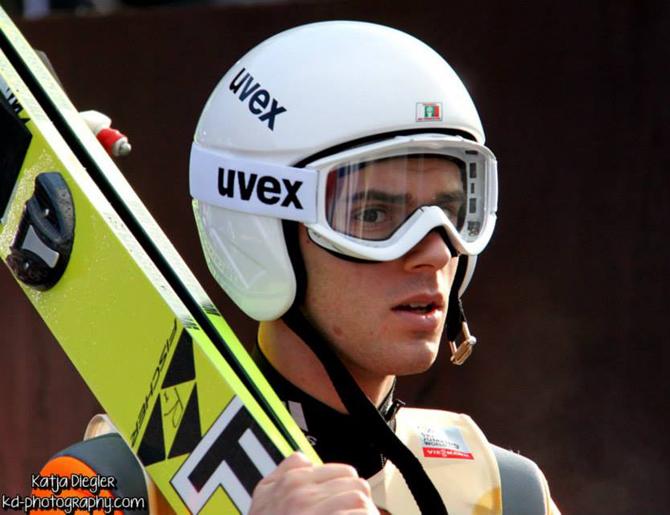 Отново проблеми с екипировката сполетяха Владимир Зографски на старта на новия сезон на надпреварата за Световната купа по ски скок. На измерванията преди първото състезание на голямата шанца в Рука, […]
