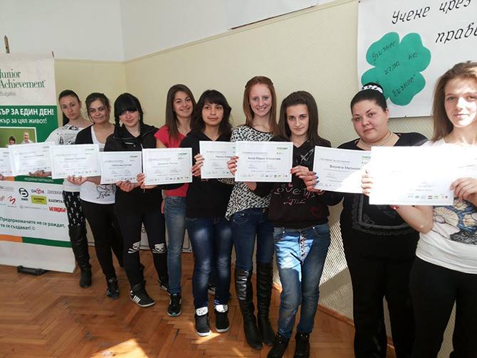 """Десет ученици от ПТГ """"Никола Вапцаров"""" участваха на 12 март в традиционната инициатива """"Мениджър за един ден"""" на """"Джуниър Ачийвмънт"""". Джесика Кьосева от 12 клас, специалност """"Икономика и мениджмънт"""" придоби […]"""