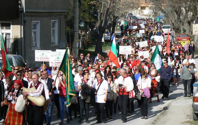 """Голямо предизвикателство бе за групата ни от 80 човека от Самоков да посрещнем 22 март – първия ден на пролетта, във Велинград и да присъстваме на Третия национален фестивал """"Пролетно […]"""