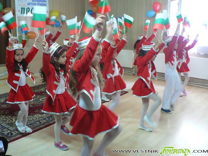 """Майски празник на талантите – така организаторите нарекоха представянето на постигнатото от различните клубове, работили по проект """"Отвъд различията – насърчаване на толерантността и разнообразието чрез интегрирано образование за най-малките"""". […]"""
