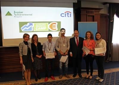 """Три момичета от ПТГ """"Никола Вапцаров"""" бяха наградени на националното състезание """"Финансов иновационен лагер – София"""". На първо място бе класиран отбор Smart, в който дейно участие взе единадесетокласничката в […]"""