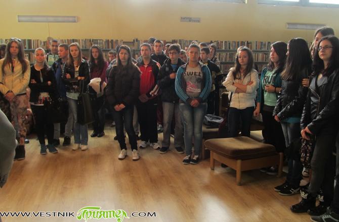"""Фотоизложба """"Градът, училището, приятелите"""" бе открита на 10 май в Общинската библиотека """"Паисий Хилендарски"""". Изявата бе организирана от клуб """"Училищни медии"""" при ПТГ """"Никола Вапцаров"""" със съдействието на в. """"Приятел"""". […]"""