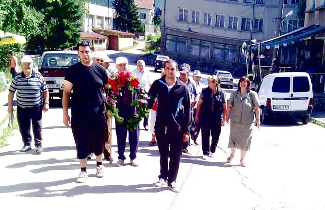 Жители на Говедарци поднесоха венец по случай 33 години от смъртта на Людмила Живкова. Както е известно, дъщерята на Тодор Живков е родена през 1942 г. и до 1944 г. […]