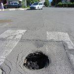 Пред болницата е все дупка до дупка…
