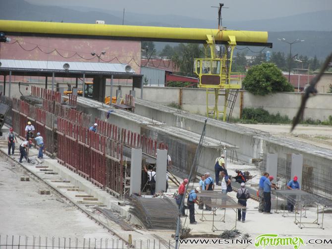"""През март хората от управителния съвет на """"Главболгарстрой"""" вземат решение дружеството да се заеме с производството на главни греди за мостови конструкции от предварително напрегнат стоманобетон. Въпросът на кой клон […]"""