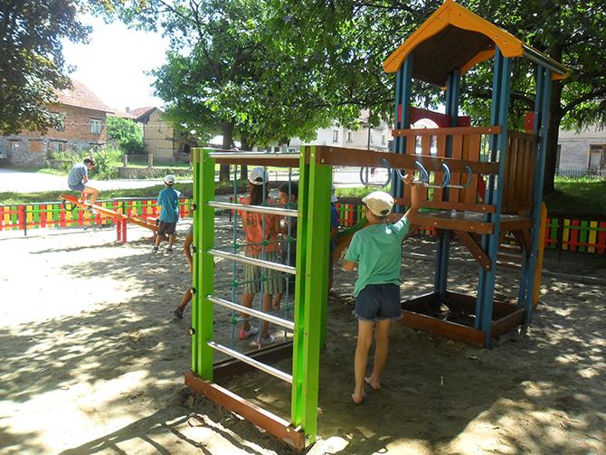 """Детски площадки и кътове за отдих са изградени в селата от общината през този строителен сезон по Оперативна програма """"Региони в растеж"""" при осъществяването на т. нар. дребно мащабни проекти. […]"""