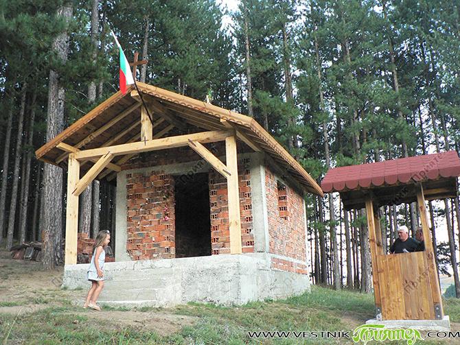 """Новият параклис """"Св. Георги"""" край Широки дол е изграден изцяло с дарения на местни жители и с безплатен труд. До малкия храм е издигната и камбанария. Голям е приносът на […]"""
