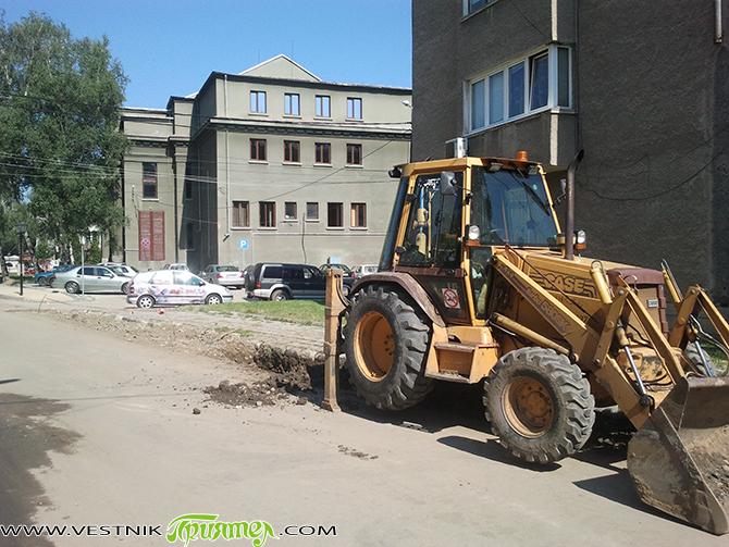 """Водопроводът на кръстовището на улиците """"Търговска"""" и """"Отец Паисий"""" е подменен изцяло. Металните тръби от 30-те години на миналия век са сменени с полиетиленови с диаметър 110 мм. Монтират се […]"""