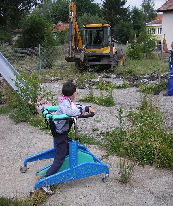 Изгражда се т. нар. сензорна градина в двора на Центъра за социална рехабилитация и интеграция на лица и деца с увреждания. В двора ще бъдат монтирани беседка, табла, лабиринт, криво […]