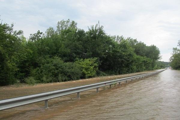 Още трима смелчаци, спасявали давещите се хора на пътя Созопол – Бургас при наводнението преди броени дни, са издирени от властите край морето. Оказва се, че анонимните досега спасители са […]