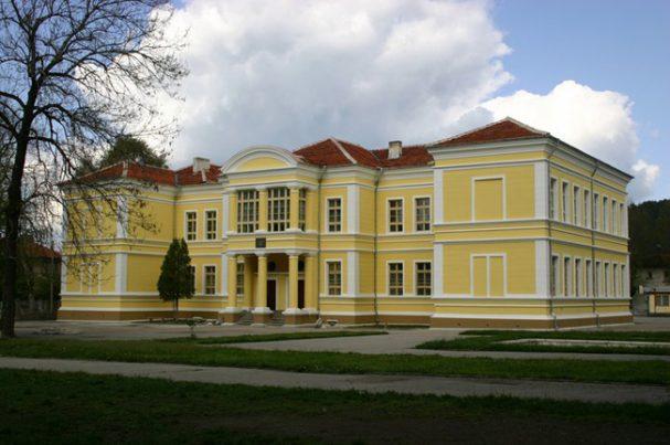 """Най-импозантната сграда в панорамата на Самоков преди 125 години е гимназия """"Константин Фотинов"""". Солидна като градеж, с архитектура в неоренесансов стил, гимназията е оптимистичната визия на самоковци за бъдещето на […]"""