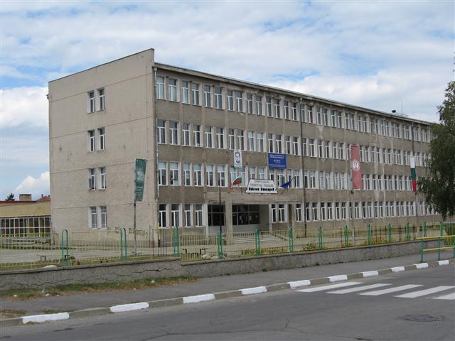 """Държавен изпит за трета квалификационна степен по специалностите """"Икономика и мениджмънт"""" и """" Компютърна техника и технологии"""" се състоя на 6 юни в ПТГ """"Никола Вапцаров"""". Явиха се 32 зрелостника. […]"""