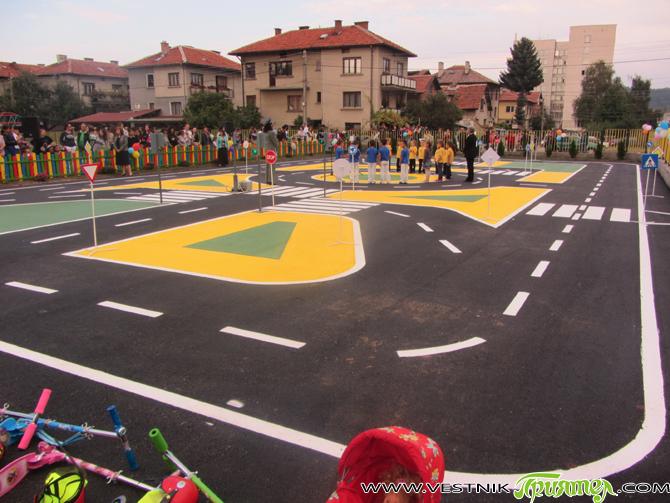 """Нова интерактивна площадка по безопасност на движението бе открита на 12 септември в двора на ЦДГ """"Детелина"""". Съоръжението е наистина изключително модерно. Площадката е оборудвана с макетни варианти на пътища, […]"""